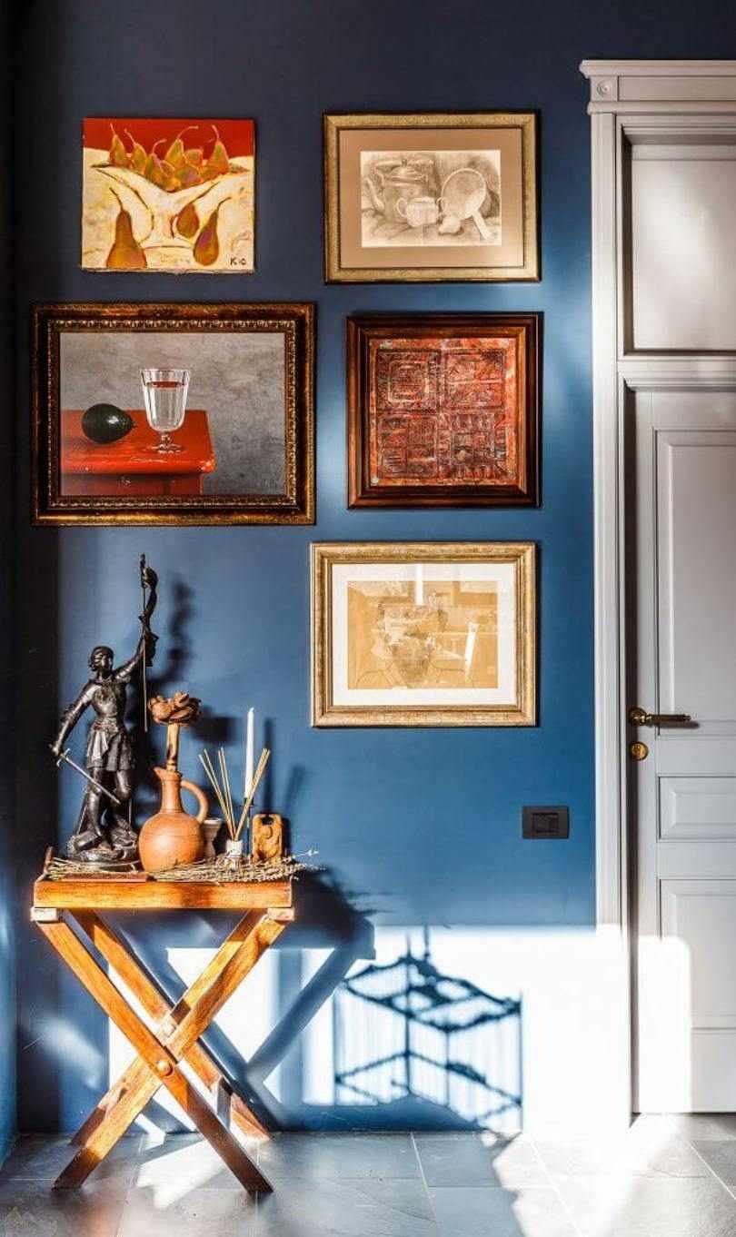 Картины на синей стене