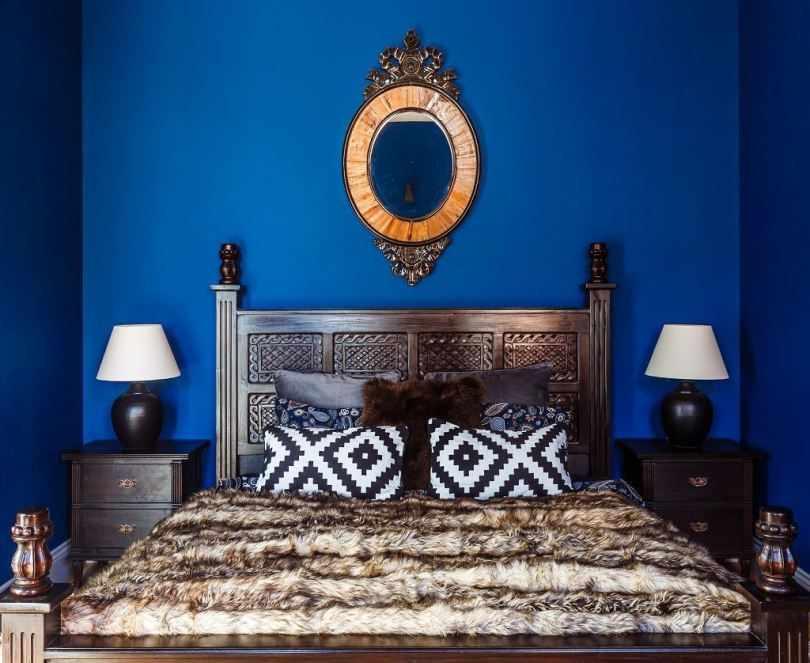 Кровать и прикроватные тумбочки