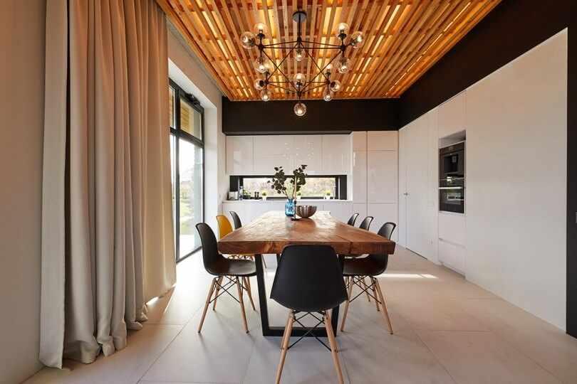 Деревянный стол и потолок