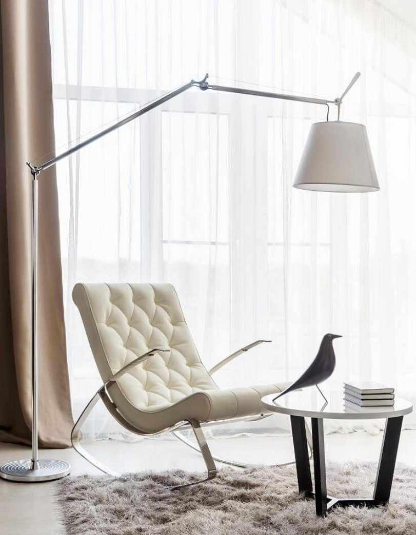 Лампа над креслом