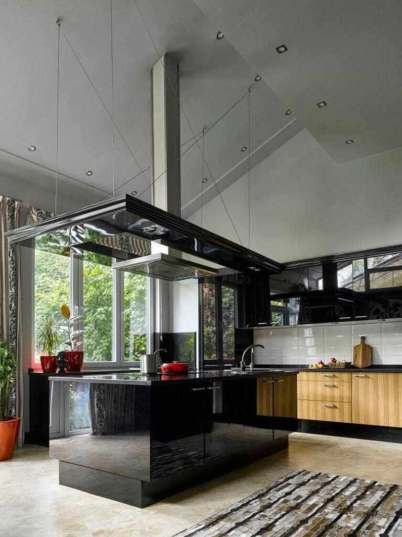 Кухня с черным островом