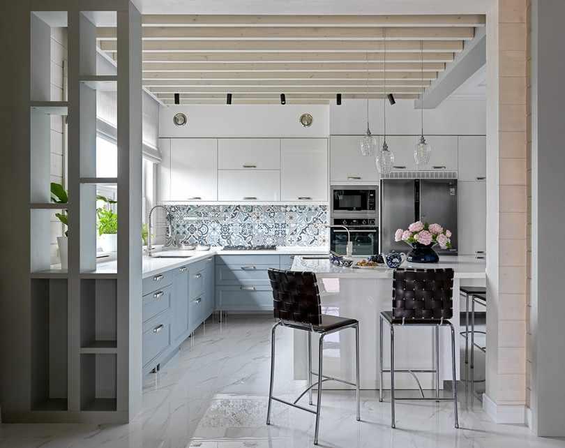 Светлая кухня с балками