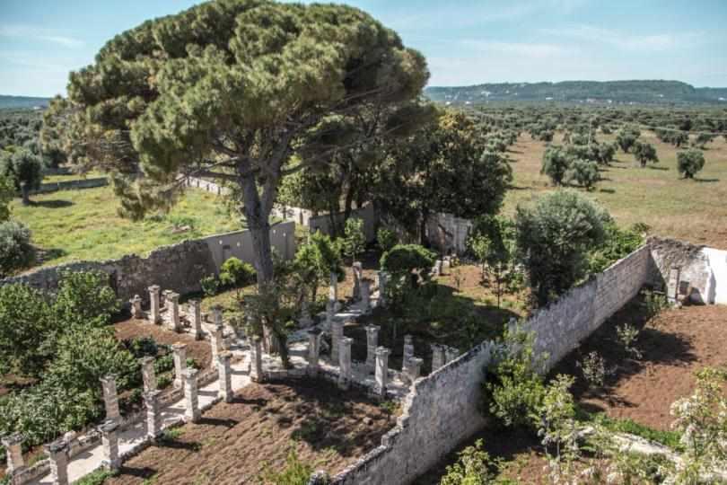Сад с колонами