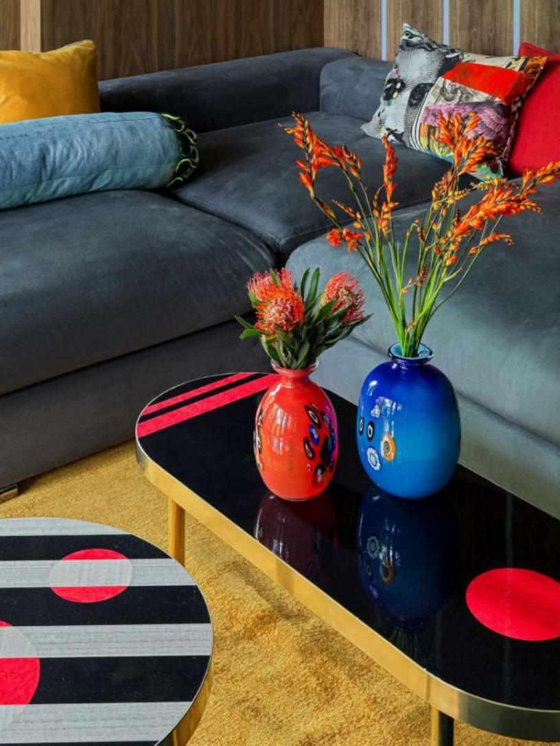 Красная и синяя вазы