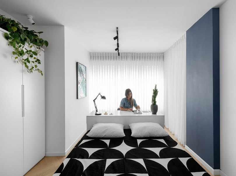 Черно-белое покрывало на кровати