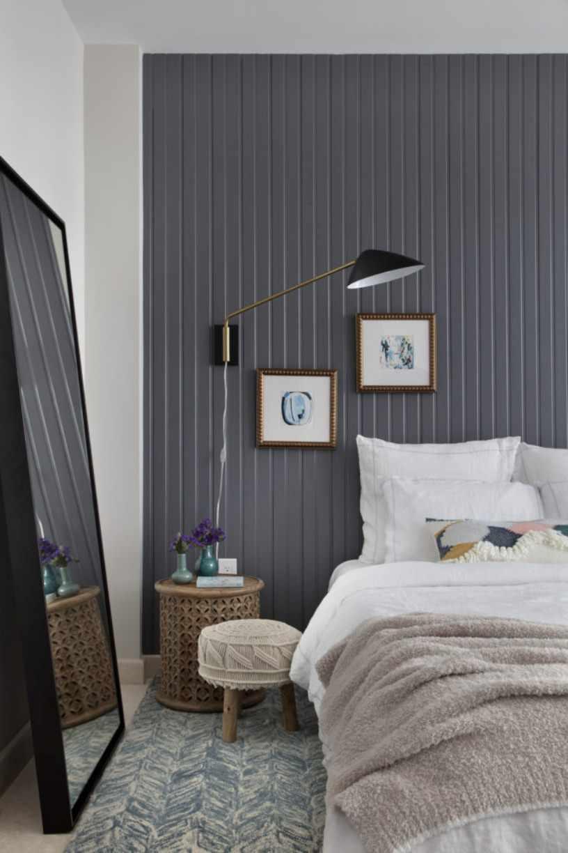 Кровать и светильник
