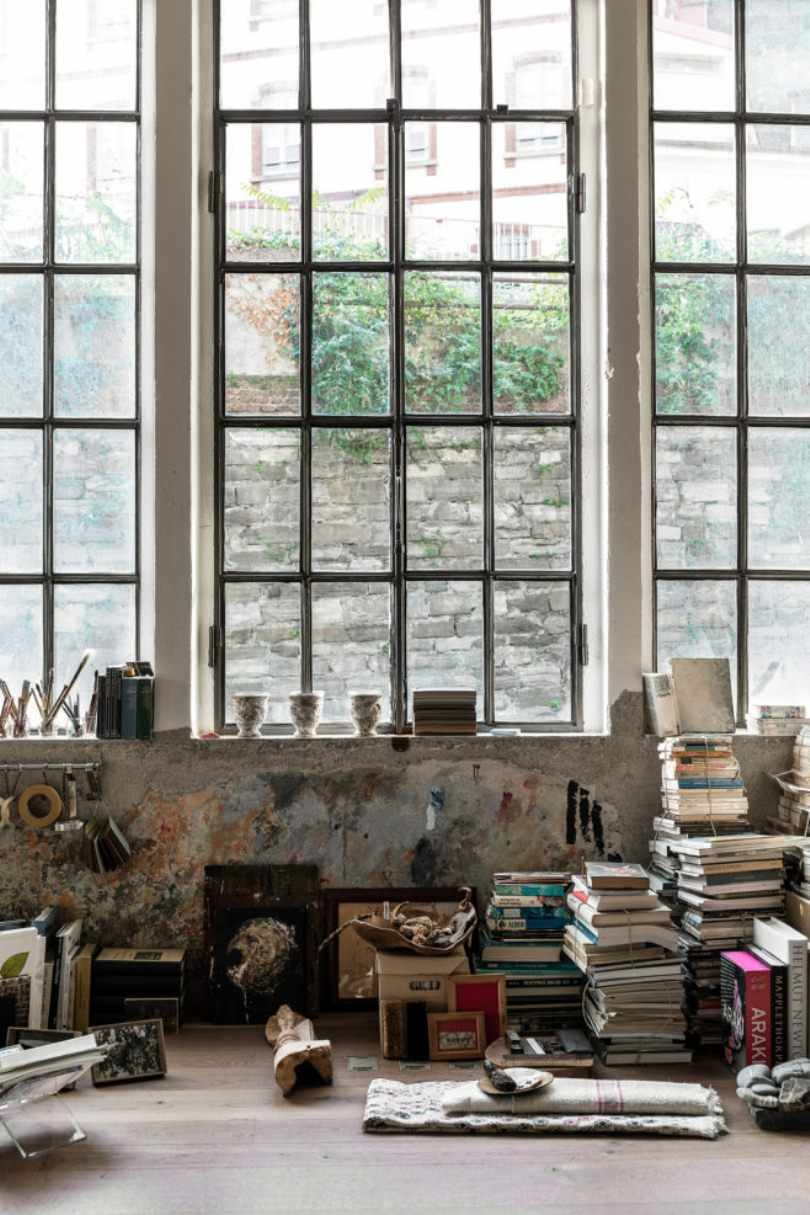 Книги и картины на полу