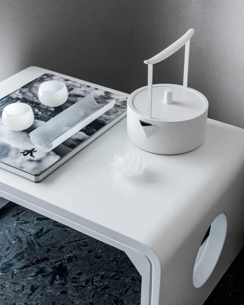 Столик с чайником
