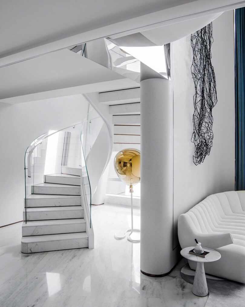 Белая лестница со стеклянными перилами