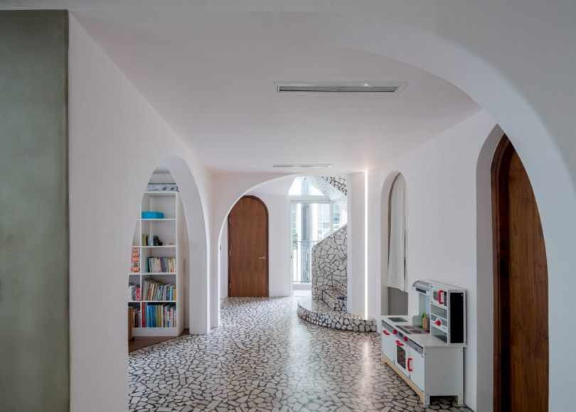 Белые стены и потолок