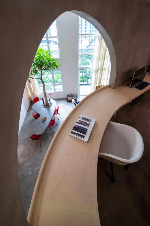 Деревянный закругленный стол