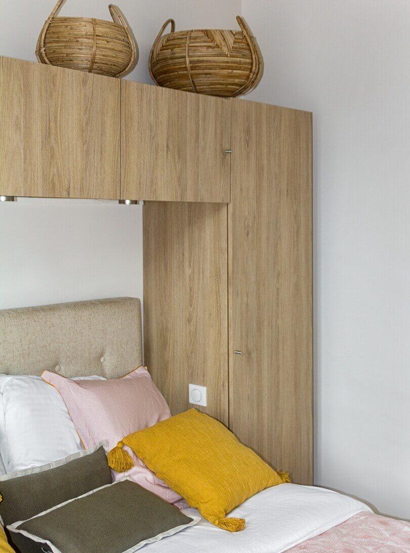 Желтые подушки на кровате