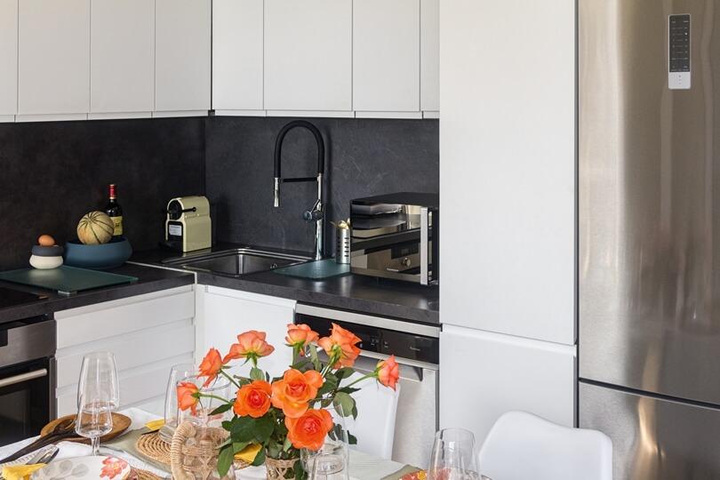 Черная стена в кухне