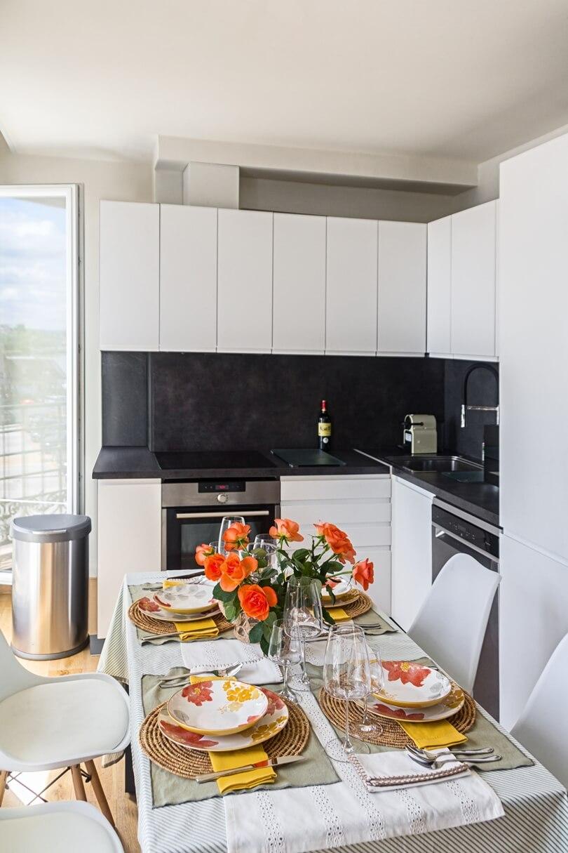 Обеденный стол и кухня