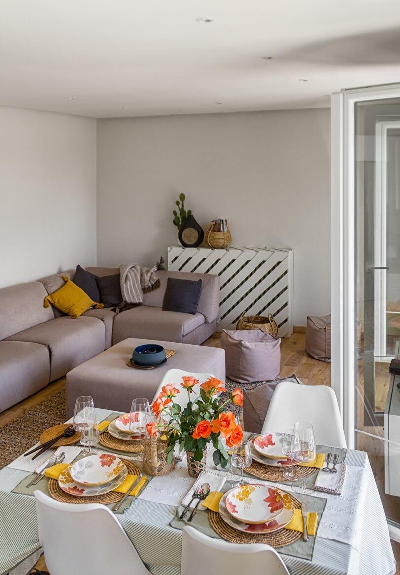 Гостиная с диваном и столом