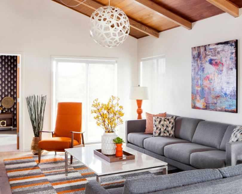 Гостинная с оранжевым креслом