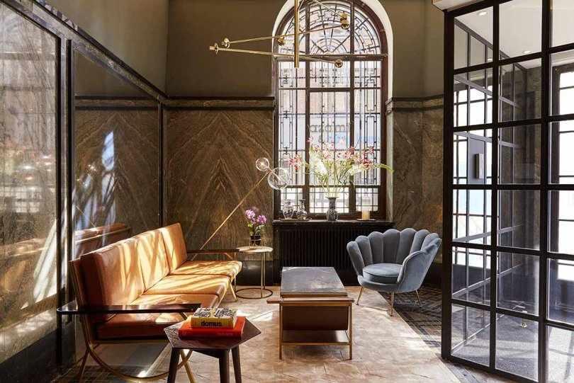 Горчичный диван и арочное окно