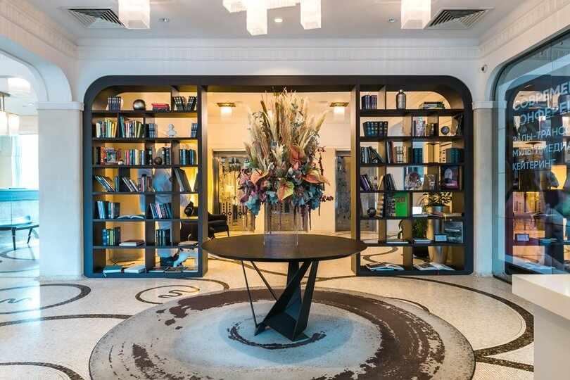 Столик и стелаж с книгами