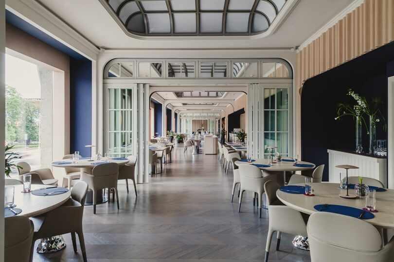 Ресторан с синими стенами
