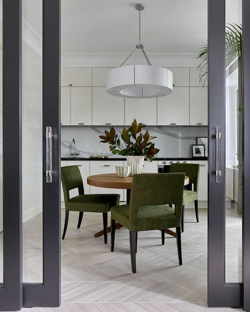 Обеденный стол и зеленые стулья