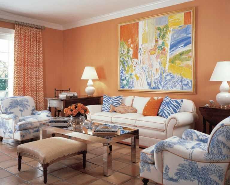 Персиковый цвет в интерьере гостиной