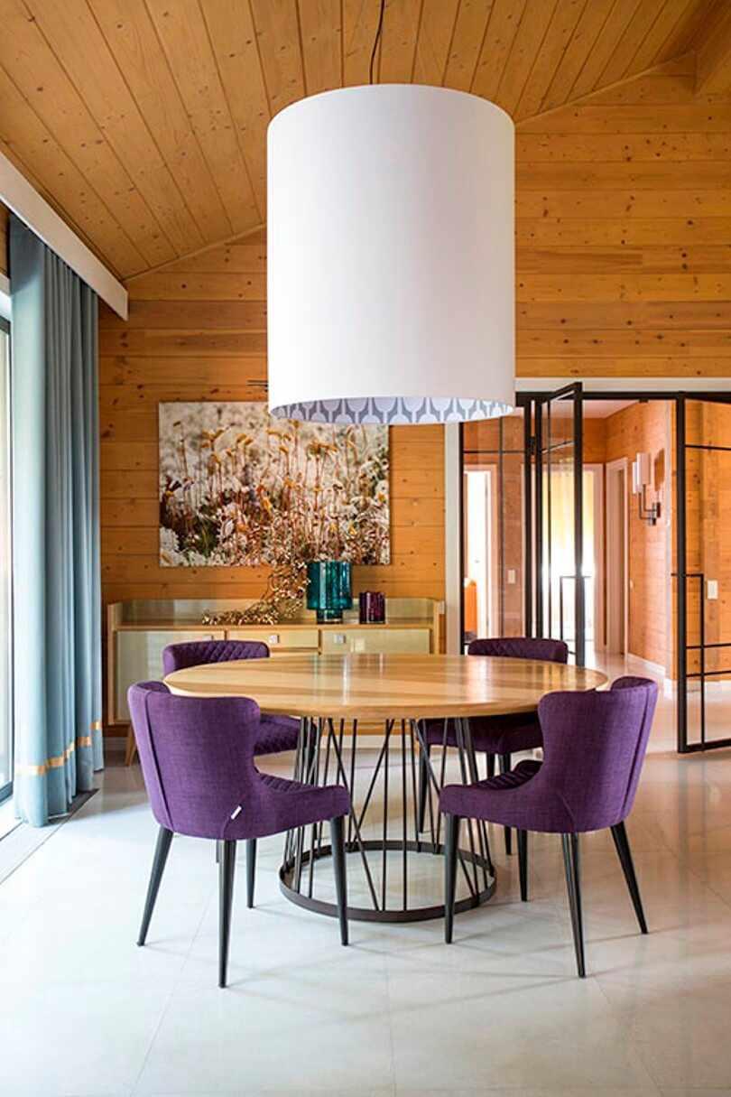 Фиолетовые кресла и круглый стол