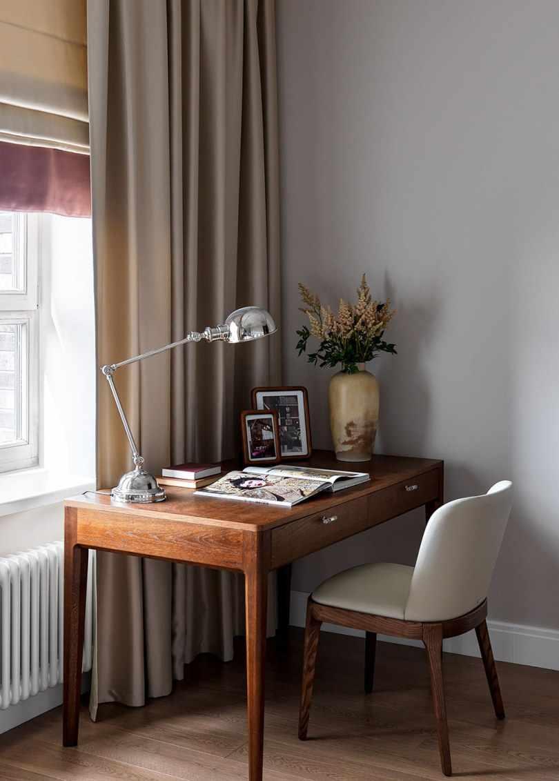 Письменный стол и лампа