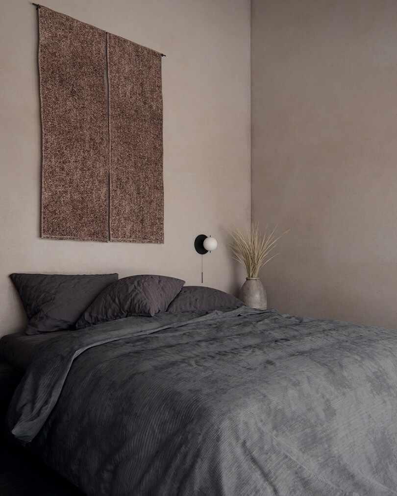 Серое постельное на кровате