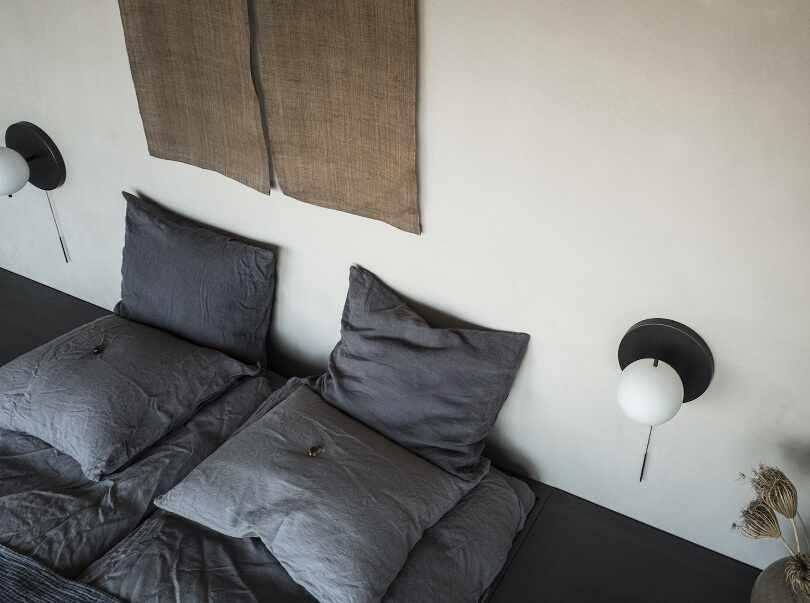 Светильники по бокам кровати