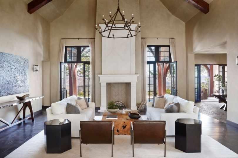 Интерьер большой гостиной с большими окнами
