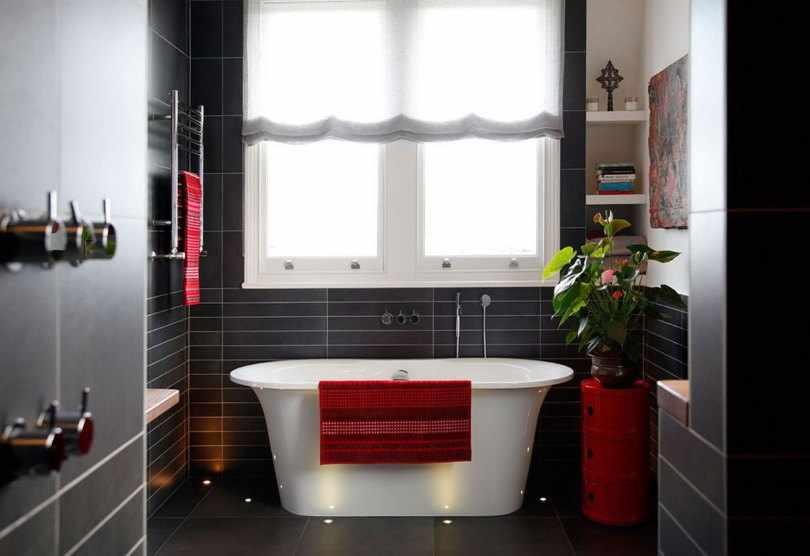 Красные аксессуары в ванной