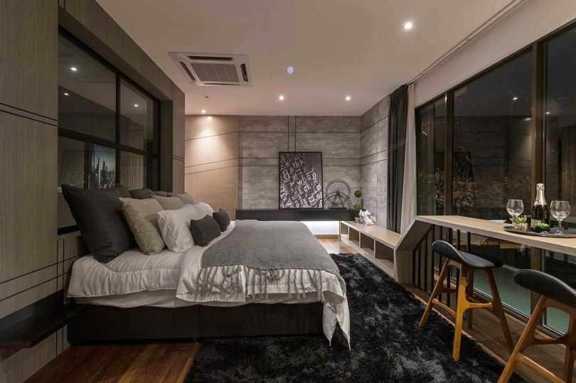 Кровать на против панорамного окна