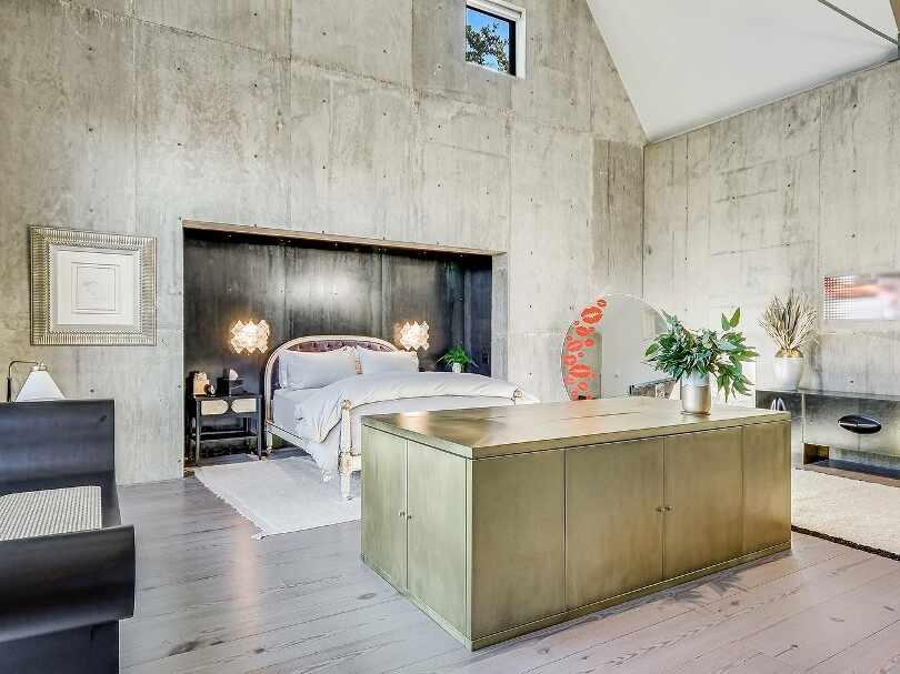 Спальня с бетонными стенами