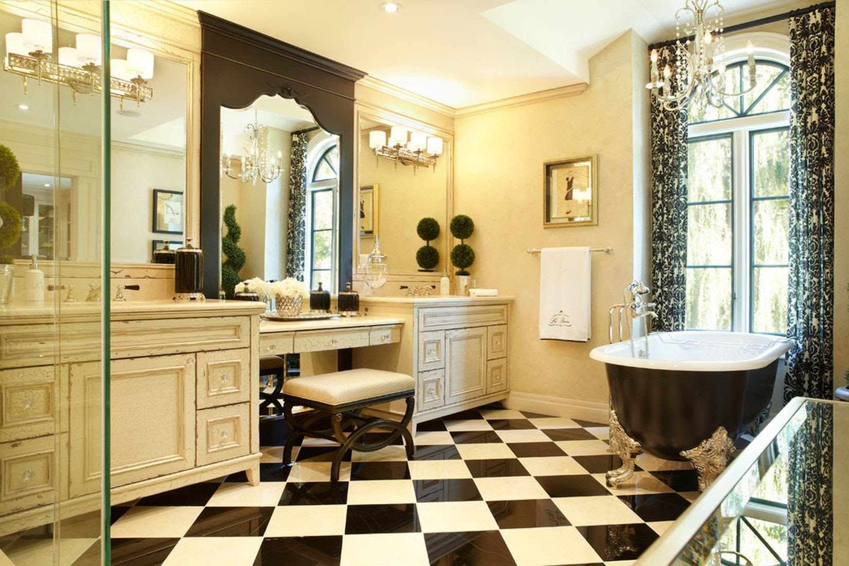 Шахматный пол в ванной в классическом стиле