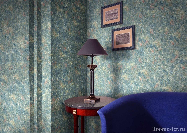Лампа на столе рядом с картинами