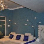 Сочетание белого и синих тонов в гостиной
