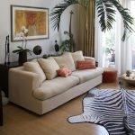 Ковер в виде зебры у дивана