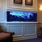 Красивый интерьер со встроенным аквариумом