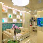 Красивый аквариум в гостиной
