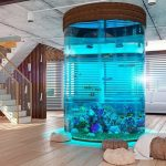 Красивый интерьер с оригинальным аквариумом