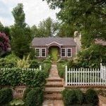 Белый заборчик вокруг дома