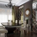 Зеркальная плита на стене в столовой