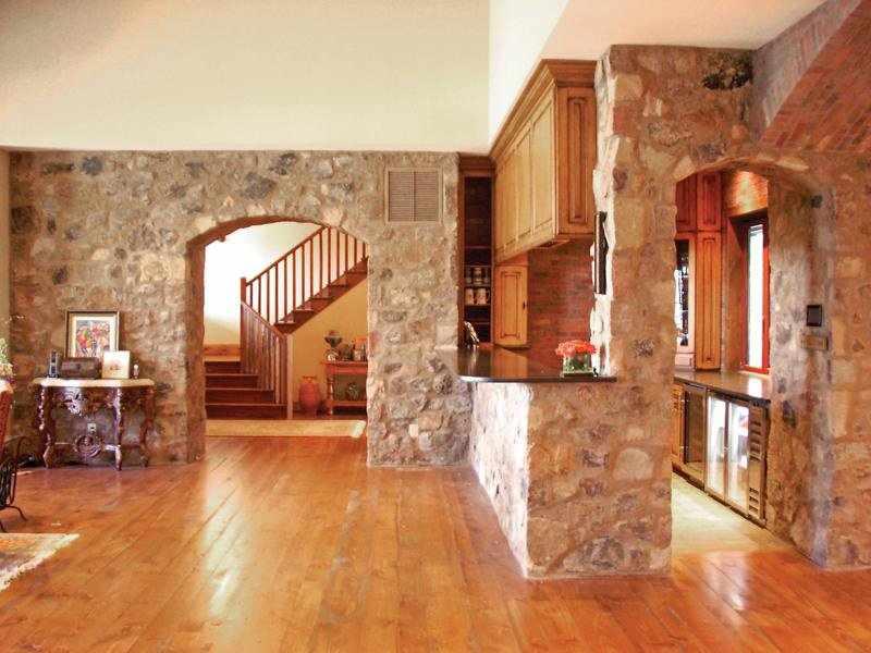 Кухня с каменной аркой
