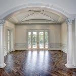 Интерьер помещения с аркой