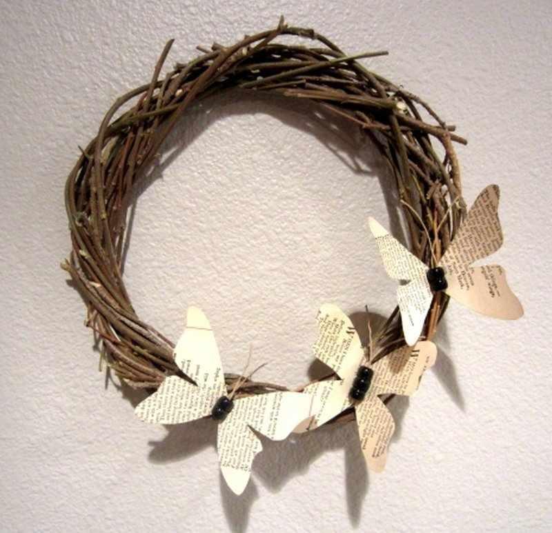 Венок с бабочками из страниц книги