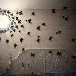 Бабочки разлетаются от светильника