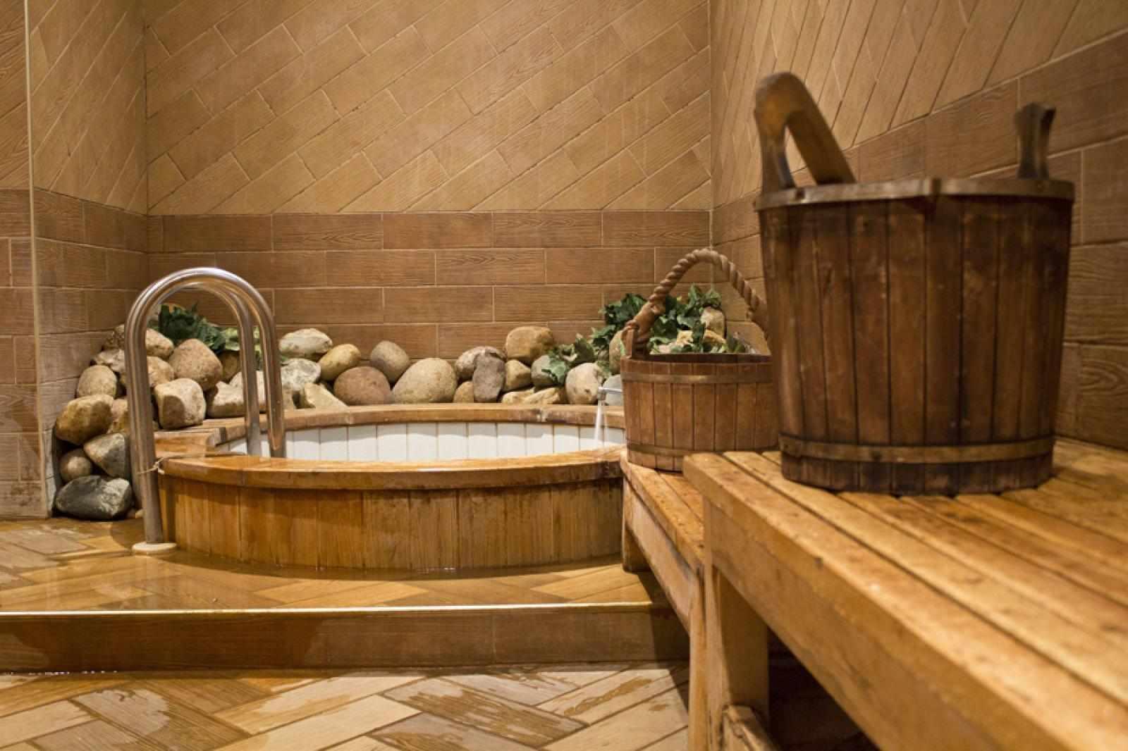 Круглый бассейн в мобильной бане