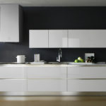 Сочетание темной стены и белой мебели