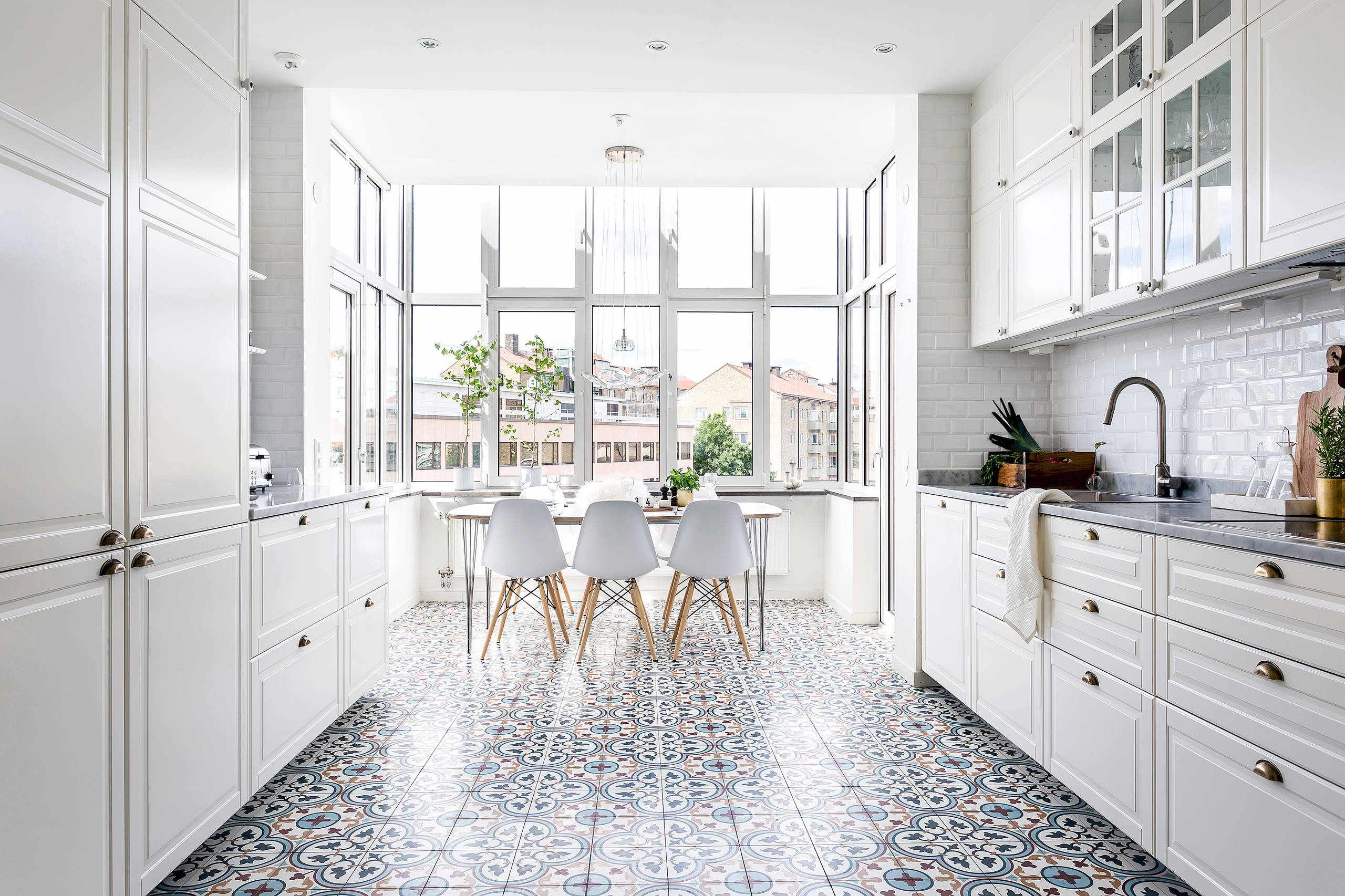 Белый потолок на белой кухне