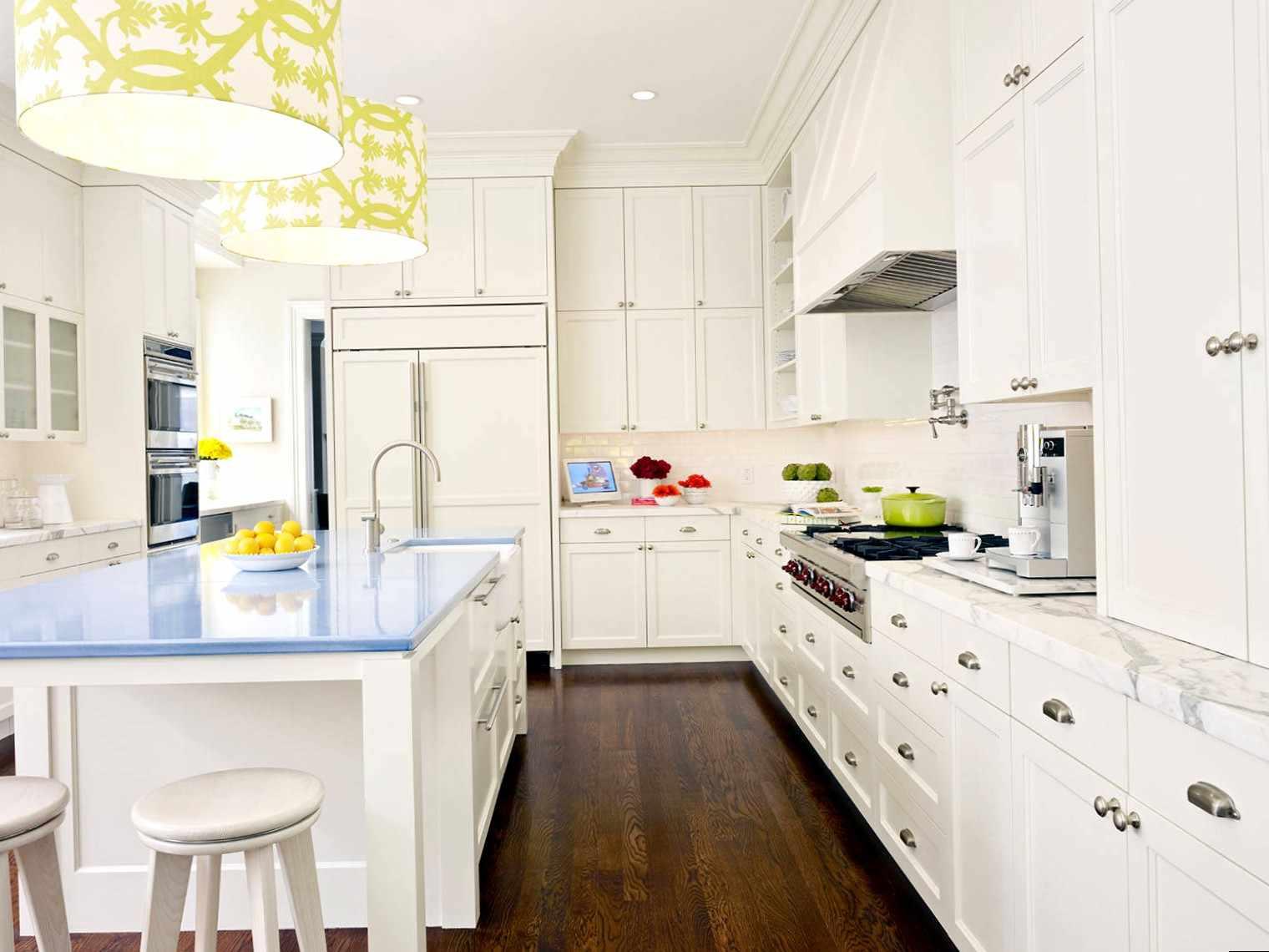 Яркие акценты на белой кухне